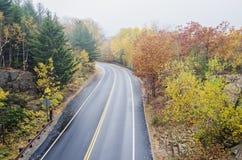 Mouillez la route incurvée en parc national d'Acadia Photographie stock