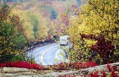Mouillez la route incurvée en parc national d'Acadia en automne Photographie stock libre de droits