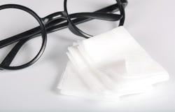 Mouillez les chiffons pour les lunettes de nettoyage images libres de droits