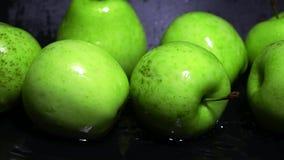 Mouillez les pommes vertes et arrosez le tir superbe de mouvement lent d'ondulation Concept de vivacité clips vidéos