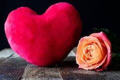 Mouillez rose sur une table en bois Photo stock