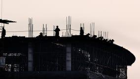 Moule concret installé par travailleur dans le chantier de construction clips vidéos