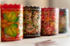 Moule de cuisson de papier multicolore avec le beau mod?le Cuisson et nourriture photo libre de droits