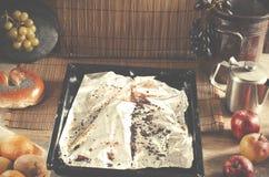 Moule de cuisson, plateau de cuisson avec le papier en aluminium utilisé sur le kit en bois Image stock