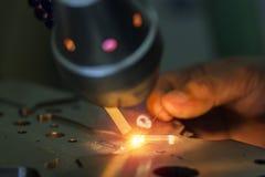 Moule métallique et mourir réparation de partie ou modifier par la soudeuse avec la méthode de soudure laser images stock