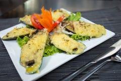 Moules cuites à la vapeur cuites au four avec du fromage. Image stock