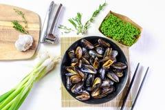 Moules cuites à la vapeur par fruits de mer délicieux d'un plat Photos stock