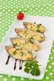 Moules cuites au four sous la sauce au fromage crème Photographie stock libre de droits