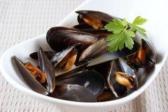 Moules cuites avec de la sauce à vin blanc Images stock