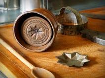 Moules de beurre de vintage et planche à découper en bois Image stock