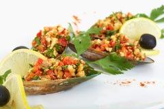 Moules fraîches avec de la salade et le concombre frits d'ail Photographie stock libre de droits