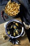 Moules-frites, typowi Belgijscy mussels i dłoniaki, obraz royalty free