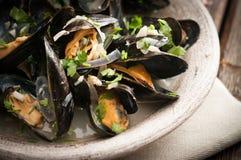 Moules Marinieres - μύδια που μαγειρεύονται με την άσπρη σάλτσα κρασιού Στοκ εικόνες με δικαίωμα ελεύθερης χρήσης