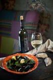 Moules sur la glace prête à cuisiner avec le jpg de citron et de vin blanc Photographie stock libre de droits