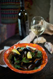 Moules sur la glace prête à cuisiner avec le jpg de citron et de vin blanc Photo stock