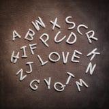 Moulez l'argile de l'alphabet d'A-Z avec des mots d'amour au centre Photographie stock