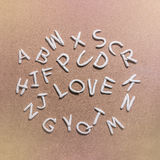 Moulez l'argile de l'alphabet d'A-Z avec des mots d'amour au centre Photos libres de droits