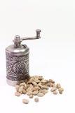 Moulin à café oriental arabe avec des grains de café vert sur le fond blanc Photos libres de droits