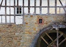 Moulin à eau au mur en pierre de la vieille maison images libres de droits