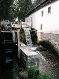 Moulin à eau avec la maison image stock