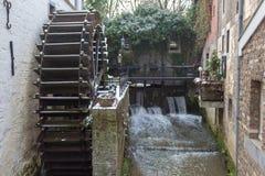 Moulin à eau couvert de neige dans l'horaire d'hiver images libres de droits