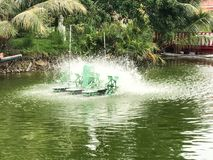 Moulin à eau dans l'étang Photo stock