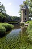 Moulin à eau et la passerelle Photographie stock