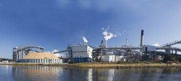 Moulin à papier de façade d'une rivière panoramique Images libres de droits
