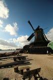 Moulin à vent à côté de lac Image libre de droits
