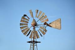 Moulin à vent antique classique de ferme Photographie stock libre de droits