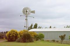 Moulin à vent antique à la ferme en condition de travail images libres de droits