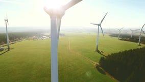 Moulin à vent au champ d'éoliennes un jour ensoleillé d'été clips vidéos