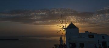 Moulin à vent au coucher du soleil, Santorini Image libre de droits