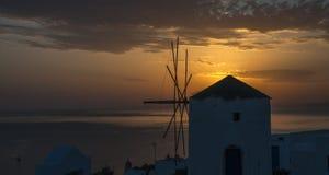 Moulin à vent au coucher du soleil, Santorini Images libres de droits