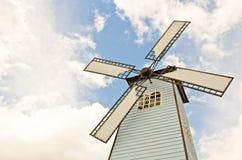 Moulin à vent au-dessus de ciel nuageux Photos stock