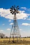 Moulin à vent au milieu de champ de blé Photographie stock