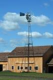 Moulin à vent avec la grange neuve Image stock