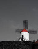 Moulin à vent blanc avec le toit rouge Image libre de droits