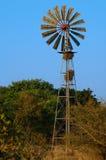 Moulin à vent chez un Waterhole Image stock