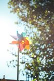 Moulin à vent coloré au soleil Pinwheel coloré images stock