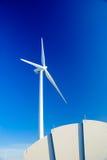 Moulin à vent contre le ciel bleu de l'hiver Photo libre de droits