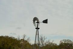 Moulin à vent contre le ciel nuageux Images stock