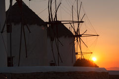 Moulin à vent dans le coucher du soleil Photos stock
