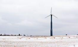 Moulin à vent dans le domaine neigeux photographie stock libre de droits