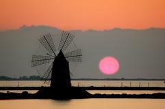 Moulin à vent dans un salin sicilien Photo stock