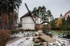 Moulin à vent dans un village allemand traditionnel Image stock