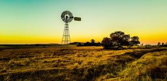 Moulin à vent de coucher du soleil de ferme photographie stock
