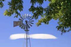 Moulin à vent de ferme images libres de droits