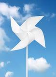 Moulin à vent de jouet au-dessus de ciel bleu Photo libre de droits