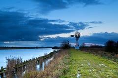 Moulin à vent de turbine par le lac, Groningue Photographie stock libre de droits